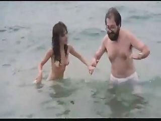 película española actriz desnuda en la playa