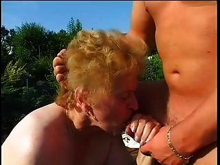abuelita gorda follada en el jardín