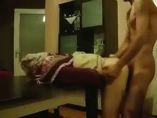 chica árabe aficionada obtener de detrás de la mesa
