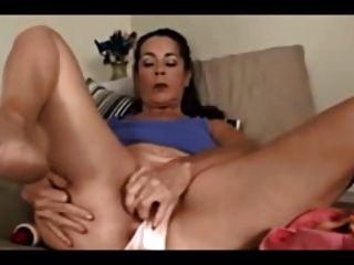 caliente mamá masturbándose usando un vibrador