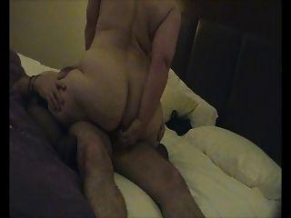 le encanta mirarme el culo