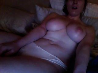 chica viendo porno y masturbándose