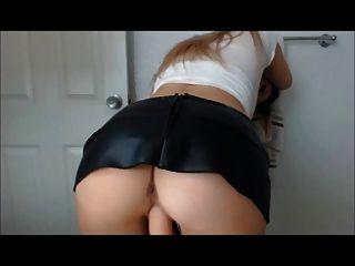 rubia sexy en juguetes de cuero en la cámara