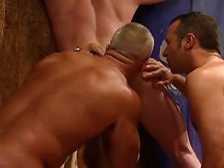 tres hombres en un cobertizo