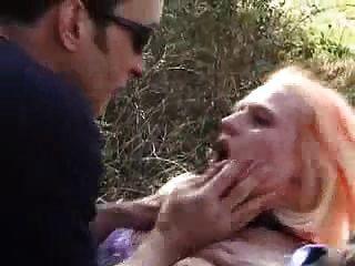 submissive francés babe obtiene sus agujeros follada al aire libre