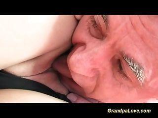 abuelo enamorado de linda adolescente