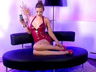 chica rubia caliente del sexo del teléfono con el vestido rojo del cuero