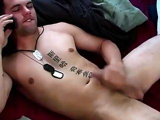 mi compañero recto jacksoff mientras que en el teléfono con su novia