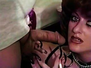 las uñas largas y el humo del maquillaje del levantamiento