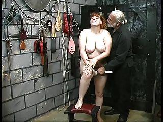 joven linda morena esclava tiras desnudas para jugar humillación en el sótano