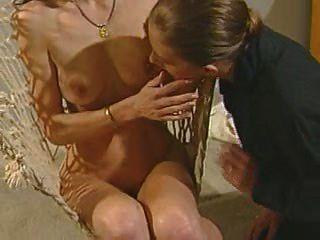 lesbianas en un columpio jugando con juguetes