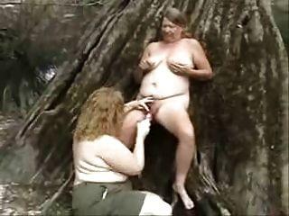 viejas putas lesbianas divertirse en la madera. aficionado