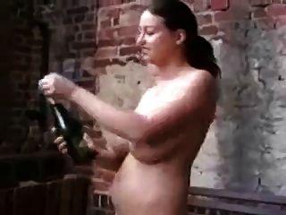 milf loco bebe champagne y se clava