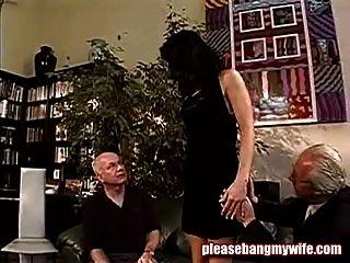 sucia puta divertirse con dos viejos hombres