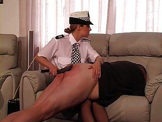oficial de policía femenina de Reino Unido castiga y canes guy