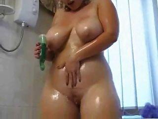 chubby girl se ensucia en la ducha