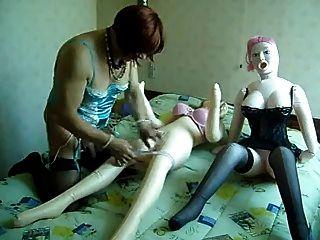 transexual amigo mío tratando de joder 2 muñecas de amor