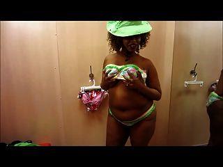 loco busty dama de ébano en un bikini