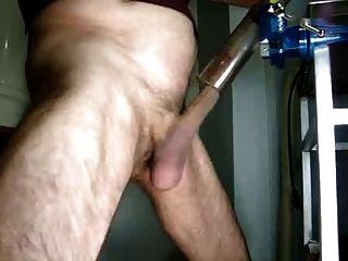 viejo hombre se masturba con la aspiradora