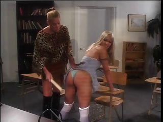 sexy cheerleader spanked por su maestra caliente