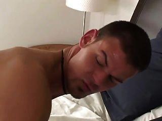 un trio en la cama