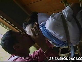 sexy poco asiática chica se ató y bromeó por su partne