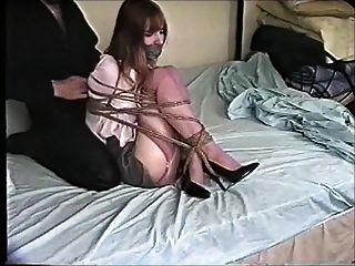 kristine fuertemente bola atada en la cama