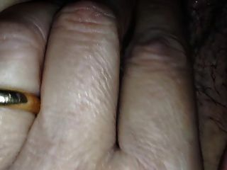 mi coño hace sonidos mientras me masturbo de cerca
