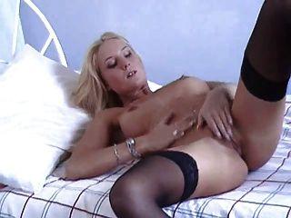 british slut laura h. juega con ella misma en hold ups