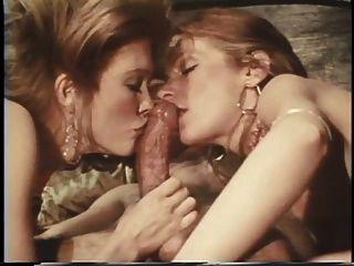 dos hotties lamer y chupar una enorme polla dura en el sexo dormitorio de tres