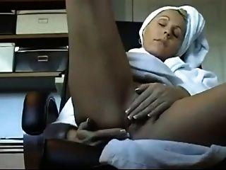 Milf sexy frota su coño perfecto!