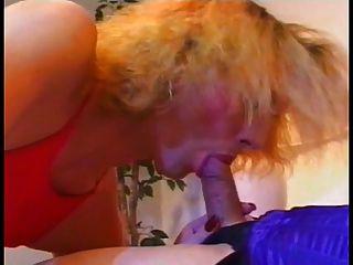una caliente shemale obtiene una mamada de otro y cums en su cara