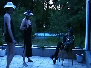 diosa alemana en uniforme degrada dos hombres
