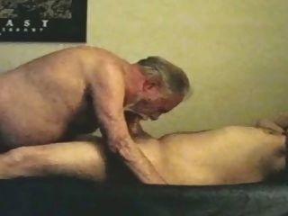 viejo abuelo maduro de la barba gris y oso más joven
