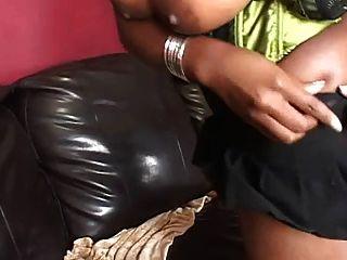 belleza negra follada en un sofá