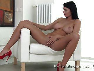 sexy coed con grandes pechos naturales se masturba hasta el orgasmo