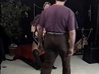 hombre ciego en un cuarto oscuro en busca de un coño negro