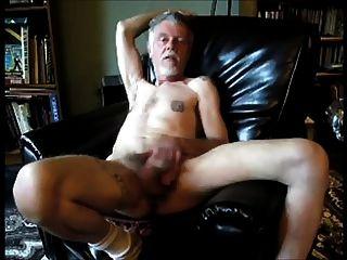 viejo hombre cachondo divirtiéndose