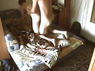 Sumiso muchacho judío obtiene follada por su amigo ruso