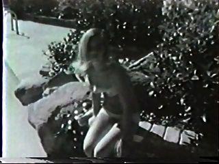 dos niñas en una piscina