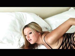 masturbándose en un bodystocking