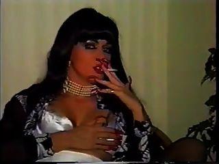 dama que fuma las uñas largas
