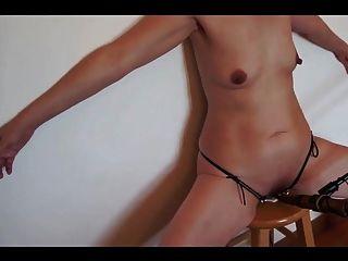mujer sumisa ganado prod en taburete