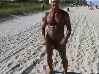 70 años de bodybuilder en la playa de desnudos