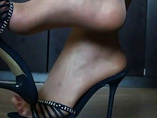 pies en nylon y tacones altos