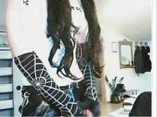 estúpida prostituta gótica ordeñando su semen