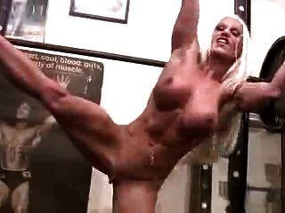 sexy mujer muscular en el gimnasio