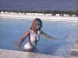 claudia schiffer en la piscina
