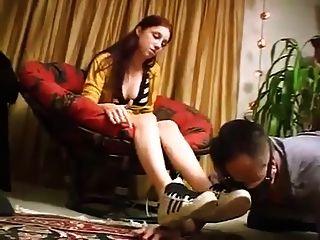 zapatillas adidas y calcetín apestoso olor a pies