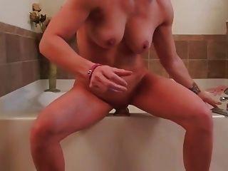 ama de casa se masturba con enorme consolador
